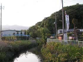 咳止め地蔵ののぼりが見えてホッとしました。隣の川は渋田川です