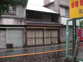 高津交差点近くの鮎煎餅屋さん(中央)2006年5月28日。