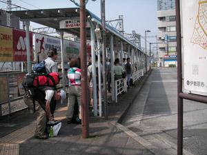 日曜、伊勢原のバス停も登山客がいた。9:00AM
