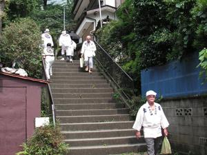お参りを終えて階段を降りてきた講の人たち