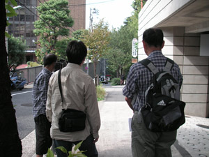 大坂。登ってくる人を撮影中。中平さんの後ろ姿からは緊張気味なのが伝わってきます(右)