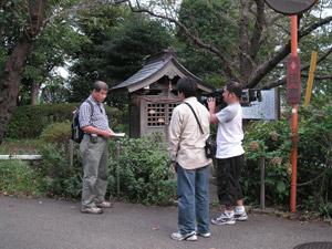 荏田志下宿庚申塔。橋爪さんの話に答える形で中平さんのコメントを収録していました。