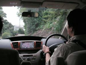 車で牛久保の皆川園さんの横の細い道を通過。