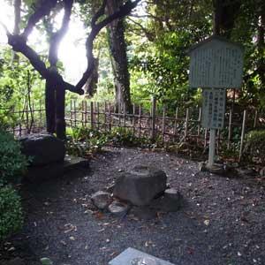 頼朝・義経が座ったとされる対面石(八幡神社)