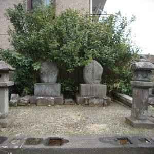 新見正路の墓(左)