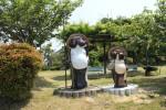 六地蔵の公園に立つ信楽焼のタヌキ