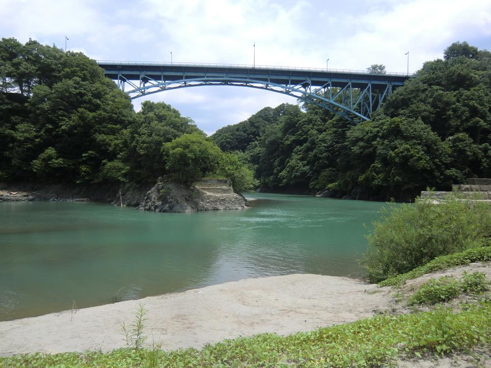 道志橋を下から見上げる 旧道志橋も