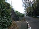 坂の途中の更なる階段を上ると