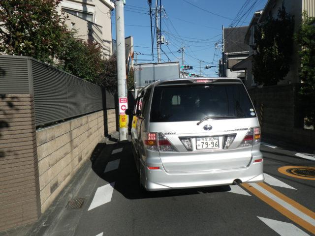 道が細い上、交通量が多いです。