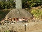 近くの馬神碑には蹄鉄とにんじんが供えられています