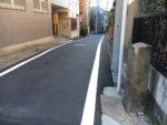 下馬一丁目。道標が立つ。北めぐろ道と正面に彫られています。
