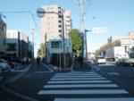 環七通り野沢交差点。左の道が区境。旧道へ入るみたいで楽しい