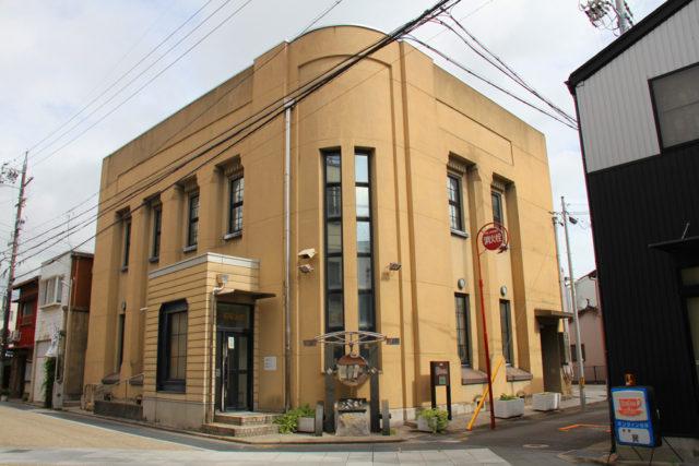 桑名宿の石取会館。重厚な建物は昭和2年建設の元銀行だった。
