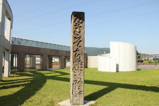 追分には自然石の道標のほかに、大きな角柱型(2m)の道標があった。今は歴史民俗資料館のある垂井ピアの庭にレプリカが立つ
