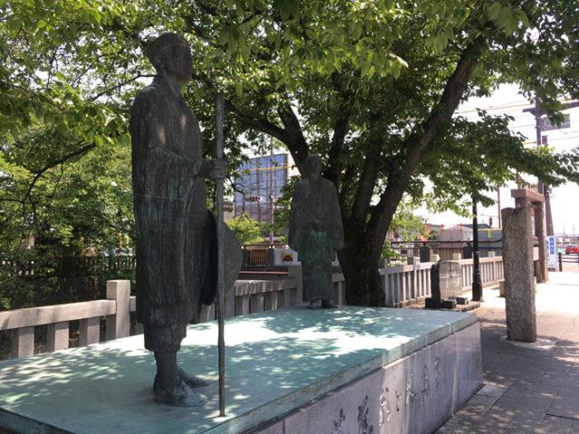 船町港跡にある芭蕉と船町問屋で俳友だった木因の像。