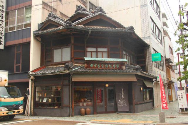大垣宿脇本陣跡。今は田中屋せんべい本舗。とても堅い味噌せんべいを売っています。