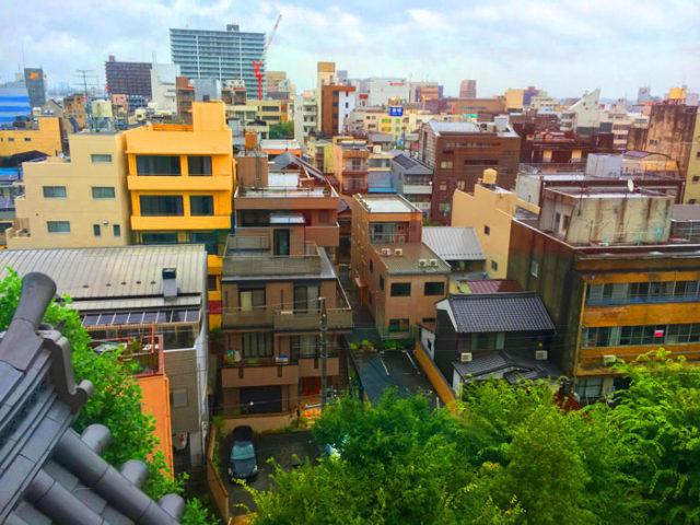 大垣城天守閣からの眺め。内堀は埋め立てられ、すぐ近くに住宅やビルが迫ります。