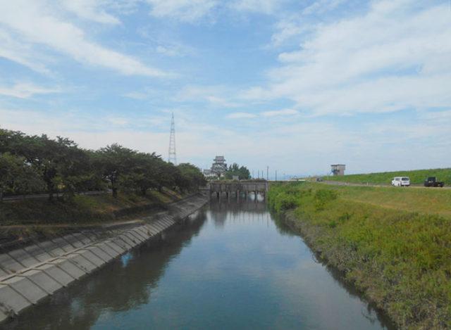 河川改修された犀川(さいかわ)から見る墨俣一夜城。墨俣宿は川に囲まれています。