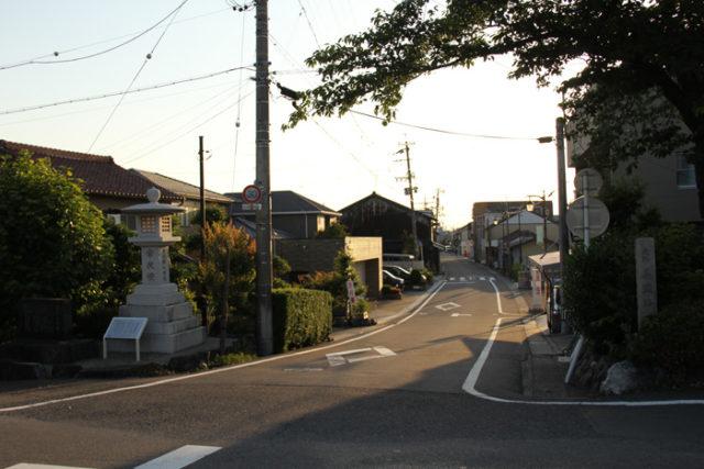 墨俣宿本陣は、昭和初期の河川改修工事でなくなり、今、常夜灯のところに説明板があります。このあたりが渡船場もあり、町の中心でした。