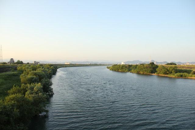 墨俣宿を出て長良川を渡ります。右の方に岐阜城のある金華山が見えます。