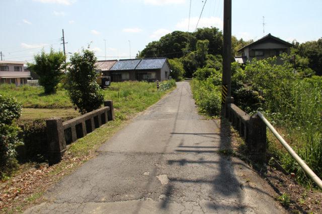 渡船場へ向かう道の途中の古そうな橋。正面のこんもりした森のあたりが渡船場跡
