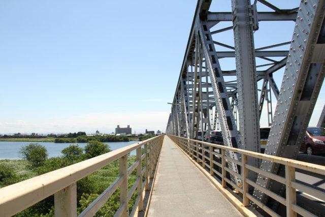 昭和31年まで起渡船で木曽川を渡していました。今は濃尾大橋で木曽川を渡ります。長さ778m。とても長いです。