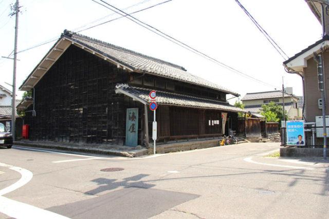 木曽川を渡り愛知県へ。同時に美濃国から尾張国へ入りました。起の渡船場跡近くの旧湊屋。船問屋として栄えた店の建物です。今はカフェの営業をしています。