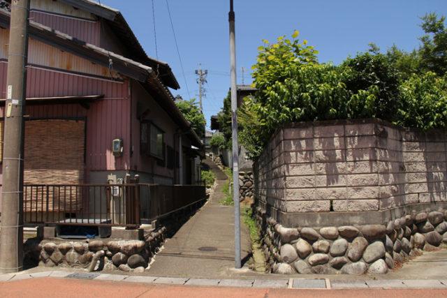 起宿。洪水への備えの石垣が住宅地にも残ります。