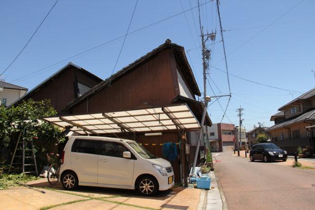 起では鋸屋根の建物を多く目にします。一宮(濃尾地域)は繊維の町で、家に併設して繊維工場が建っています。だいぶ減ったそうですが、今でもがしゃがしゃと機織りの音が聞こえてきます。