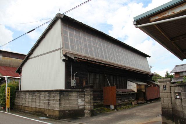 鋸屋根の⑥。明かり取り用に透明なトタンが使用されています。