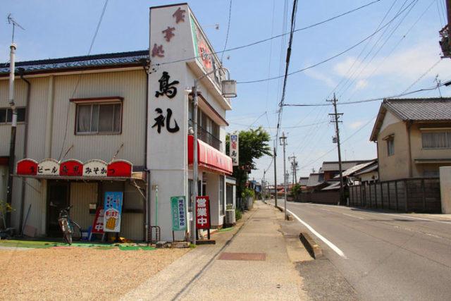 冨田のあたりの美濃路。食堂もあります