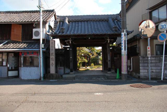 萩原宿は鍵型に曲がっていて、その曲がり角にある正瑞寺。戦時供出で出された梵鐘の代わりに作ったコンクリート梵鐘が残っています。このコンクリート梵鐘は、しかし、重すぎてつるされることはなかったそうです。