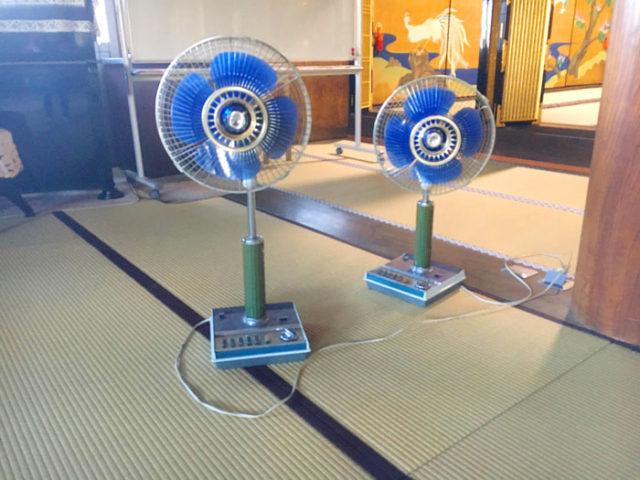 正瑞寺で現役の扇風機。扇風機はレトロですが、お堂はリニューアルしたばかりです。