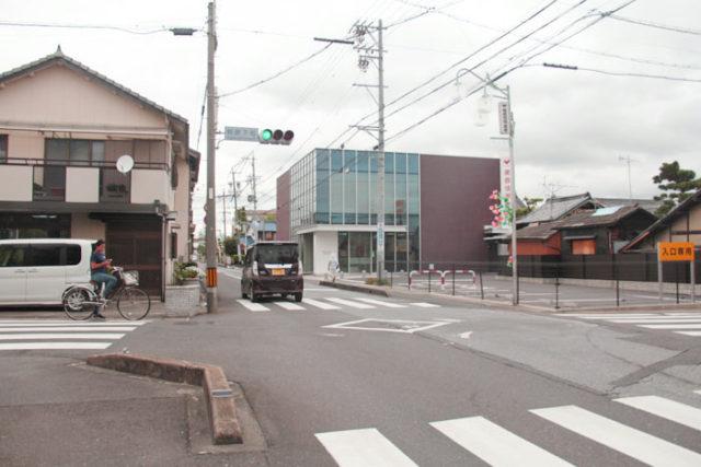 萩原下町交差点では巡検街道が南北に美濃路を貫きます。
