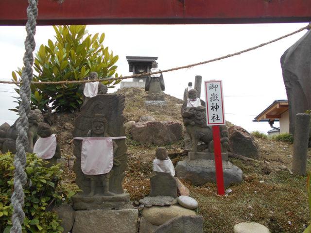 名鉄尾西線近くの高福寺。御嶽山の築山があります。美濃路では行者さんなどの像が建つこのタイプの築山をたくさん見ました。