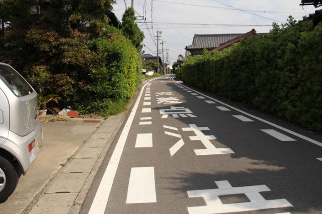 美濃路の旧道。よいカーブの道を進みます。