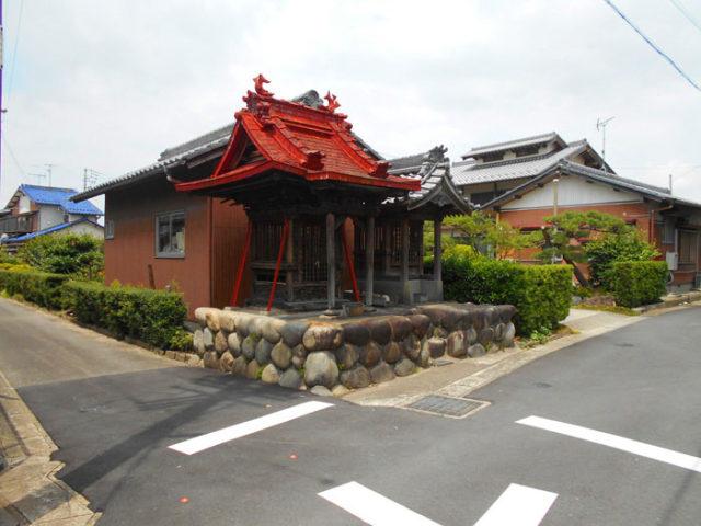 中嶋宮付近の地蔵堂。屋根が立派です。