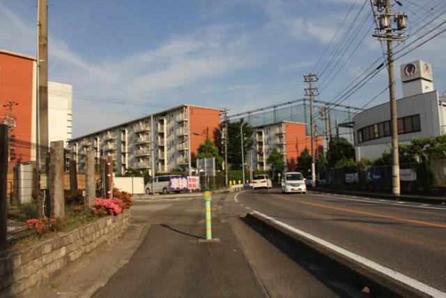 正面の団地は井之口団地。ここのカーブを曲がると、直線道路になります。最寄り駅は名鉄本線奥田駅です。