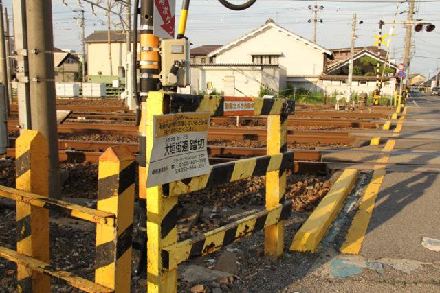 直線道路を進むと東海道線の大垣街道踏切。何本も線路が通り、幅がある踏切です。
