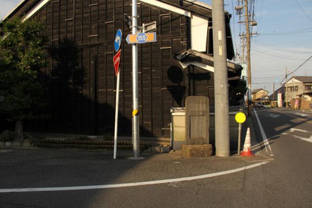大垣街道踏切を渡ると、四ツ家追分。岐阜方面へ岐阜街道が分岐します(碑を左へ)。岐阜の鮎鮨を江戸の将軍へ献上した道でもあり、「御鮨街道」とも呼ばれました。