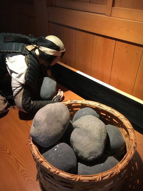 今の清洲城は資料館になっています。天守の防衛を担う兵士が再現されています。石を落とそうと隙間から下の様子をうかがっています。実際に下が見えました。