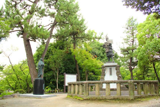 清洲公園の信長と妻濃姫の像。濃姫が囲いの外にいるのは、元は別の場所(清洲城広場)にあった像だから。夫婦はともにあるべきの意見が寄せられ、移されたそうです。