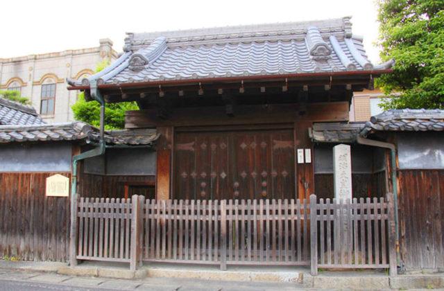 清須宿本陣。立派な門と明治天皇聖跡碑が残ります。