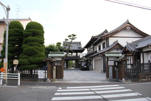 清須宿鈎型の曲がり角にある清涼寺。山門の梵鐘は時の鐘でした。