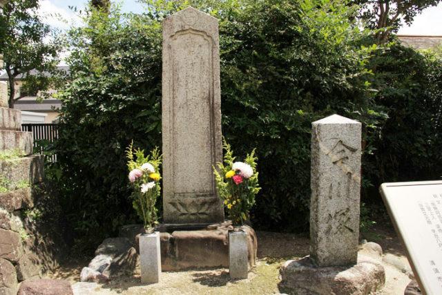 正覚寺には同じく一里塚橋近くにあった今川塚が境内に移されています。桶狭間の戦いで信長に敗れた今川義元の供養費と伝わる石碑です。