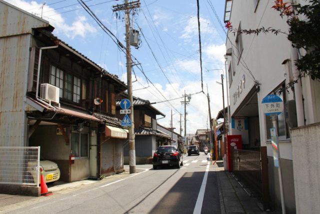 須ヶ口近くの美濃路。家並みが道路に迫る街道らしい雰囲気がいいです。