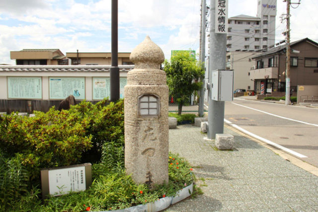 親柱がつしま道の道標に利用されています。新川橋は、津島上街道が分岐しています。