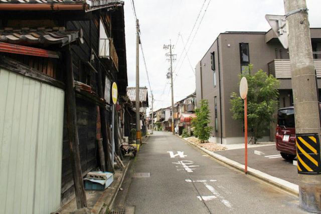 現在の津島上街道。雰囲気がある道です。