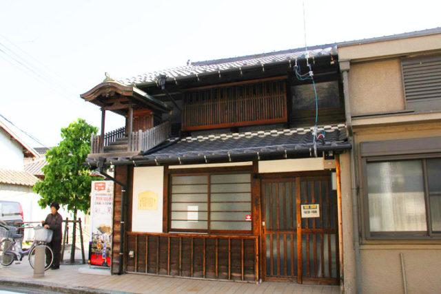 新川橋を渡り、商店や飲食店、住宅の中を美濃路は進みます。名古屋周辺に多い屋根神様のある古民家は飴茶庵で、駄菓子やラムネを売っています。
