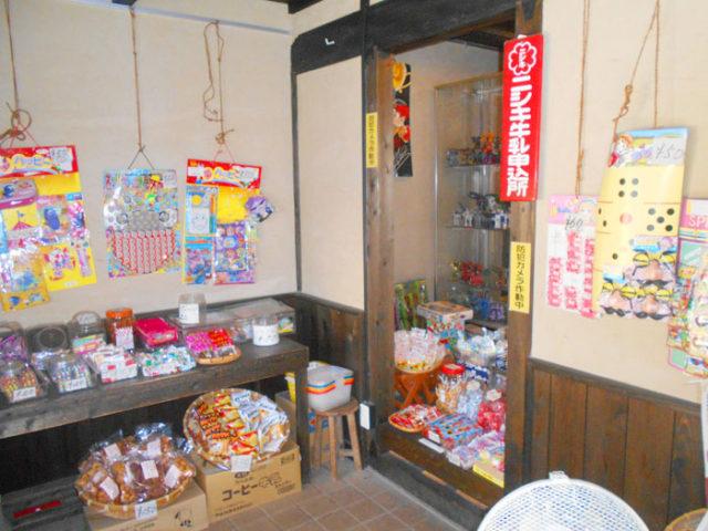 飴茶庵の店内。駄菓子やおもちゃがいっぱい